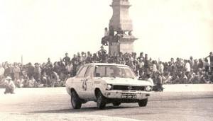 Vila do Conde 1975 – Ainda não havia bancadas para o público na curva do Castelo, que assistia sem qualquer protecção…