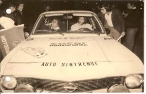 """Com Alberto Marques em 1975, ouvindo os conselhos de António """"Tricas"""" Machado."""